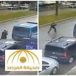 شاهد بالفيديو : لحظة مقتل الشرطي التركي خلال تصديه لمسلحين في إزمير