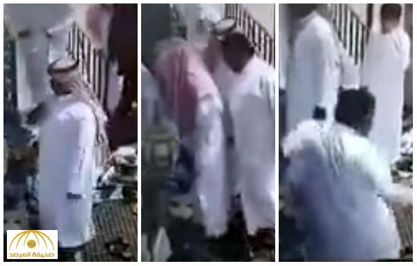 4 لصوص يسحبون محفظة مصلي لحظة دخوله للمسجد .. يُعطله أحدهم واثنين يربكانه و بدين يسرقه !