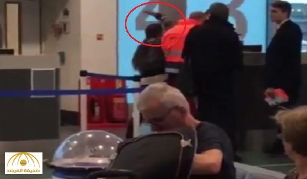 """بالفيديو : امرأة توجه """"صفعة"""" قوية لموظفة مطار بعد أن فاتتها الطائرة"""