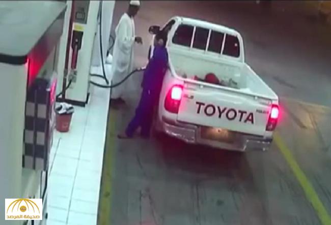 شاهد..ردة فعل عامل في محطة وقود عندما حاول سائق الهرب دون دفع النقود!