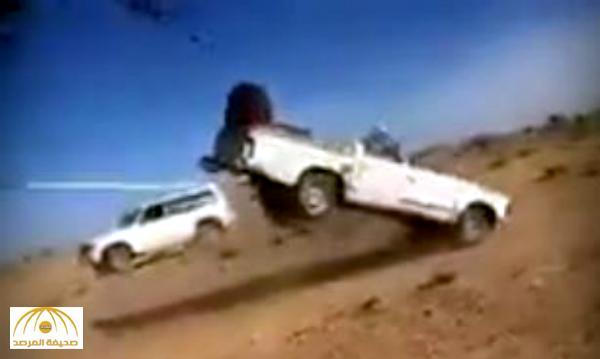 """بالفيديو : شاهد كيف عاقبت شجرة """"سائق"""" سيارة حاول اقتلاعها من جذورها!"""
