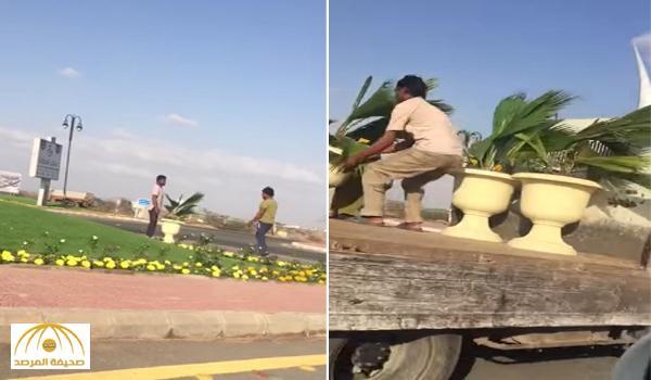 بالفيديو: بعد انتهاء زيارة الفيصل .. مواطن يوثق عملية إزالة الورود من الطريق