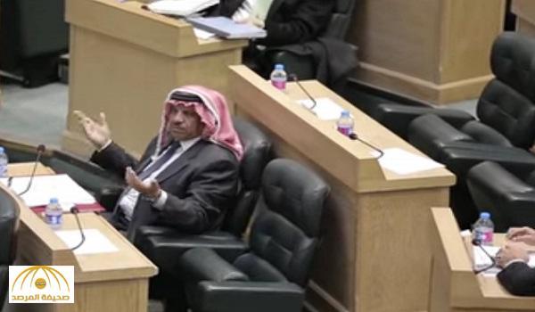 طرق بيديه على الطاولة .. شاهد كيف غضب وزير الداخلية الأردني بعد تأجيل طرح الثقه فيه