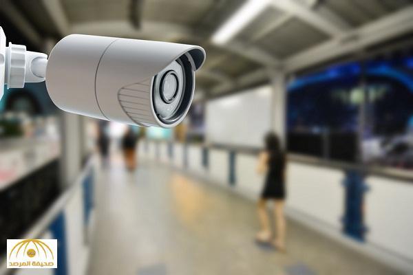 في متجر بـدبي .. كاميرات مراقبة تكشف تحرش هندي جنسيًا بـإماراتية !