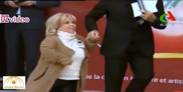 بالفيديو : شاهد .. موقف محرج وقع فيه رئيس الوزراء الجزائري أثناء تكريمه مجموعة من الفنانين