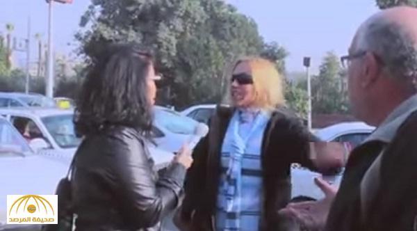 """بالفيديو : مسن مصري يبكي من غلاء المعيشة .. وامرأة تتدخل في الحوار وتسب المذيعة : """"انتم زبالة"""""""