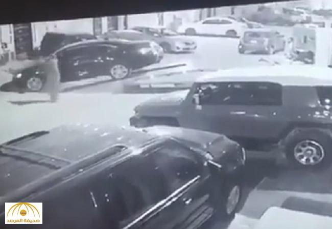 """سحبوها بـ""""سطحة""""..بالفيديو:كاميرا مراقبة توثق لحظة سرقة لصوص لسيارة بطريقة غريبة!"""