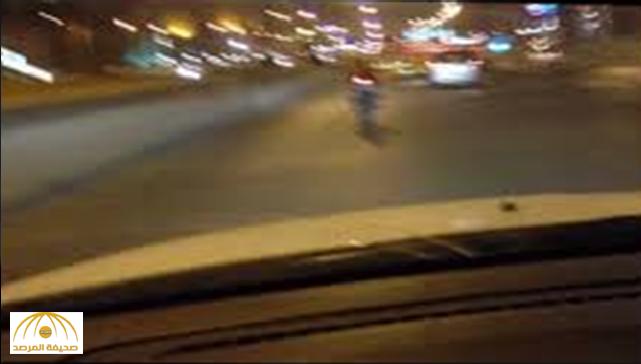 """شاب يقود """"دراجة نارية"""" يتعرض لـ""""المتسوقات"""" أمام سوق النساء المركزي بالقريات"""