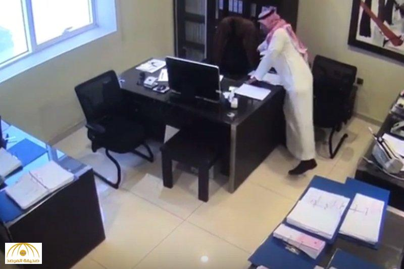 بالفيديو.. لص يسرق محتويات شركة بالرياض مستغلا صلاة الموظفين.. والكاميرات توثق جريمته!