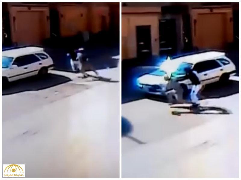 كاميرات المراقبة رصدت الواقعة.. عودة ابن صاحب المنزل تفشل عملية سرقة بالرياض -فيديو
