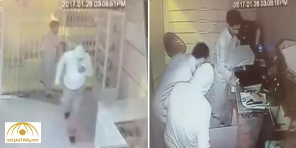 """لم يلاحظوا الكاميرات .. بالفيديو : """"باكستانيون"""" يسرقون محل جوالات بالرياض والشرطة تقبض عليهم"""