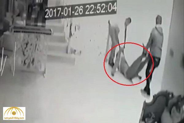 بالفيديو: مقتل شاب كويتي على يد أصدقائه .. وكاميرات المراقبة تكشف الجريمة