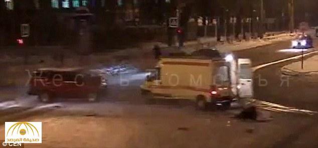بالفيديو: سيدة حامل  تسقط من سيارة إسعاف بعد حادث تصادم شمال روسيا