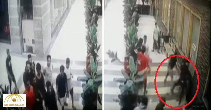 """بالفيديو: مجموعة شباب يضربون """"عامل"""" بالعصي والمقاعد لتعديه على """"سعودي"""" في مجمع تجاري بجدة"""