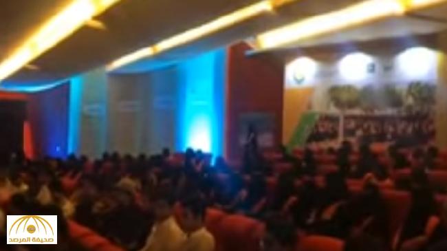 """بالفيديو : """"اختلاط"""" و""""موسيقى"""" في """"حفل تخرج"""" جامعة الفيصل بالدمام"""