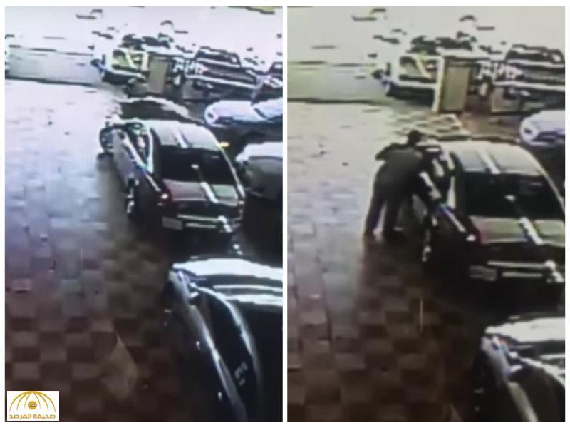 غافل عامل المعرض..بالفيديو:لص يسرق سيارة جديدة  بالرياض