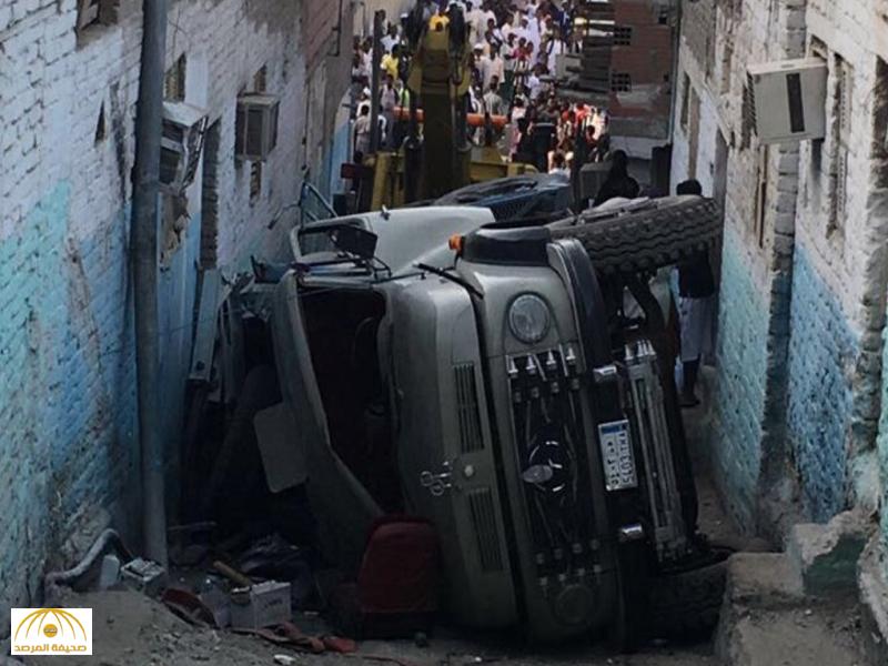 """شاهد انقلاب غريب  لـ""""صهريج"""" نقل  مياه دخل حي بمكة وإصابة طفل..المرور يتحفظ على السائق"""