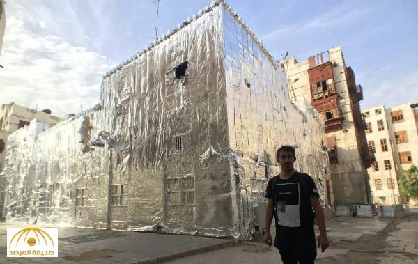 """بالصور .. فنان سعودي يكشف أسباب تغطية """"مبني قديم"""" في جدة بالقصدير"""