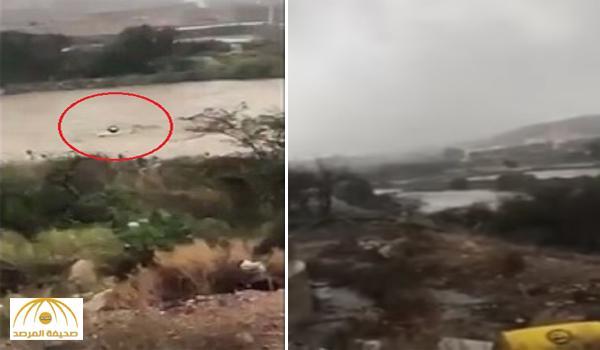 بالفيديو : سيارة طالب بجامعة الملك خالد غمرتها السيول و زملائه ينقذوه من الغرق