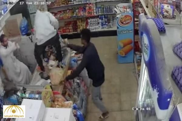 """جريمة في آخر الليل.. 5 جناة يسطون على """"محل تموين"""" بالرياض.. وكاميرات المراقبة تفضحهم ! – فيديو"""
