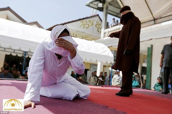 بالصور : جلد فتاة و رجل  بتهمة الزنا في إندونيسيا