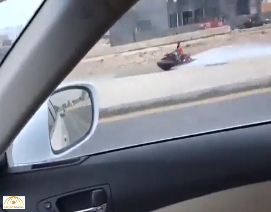 """بالفيديو.. """"مواطن"""" يتحدى السيول بركوب الـ """"جيت سكي"""" بالأحساء..  هكذا أعاد """"الرياض 2013"""" !"""