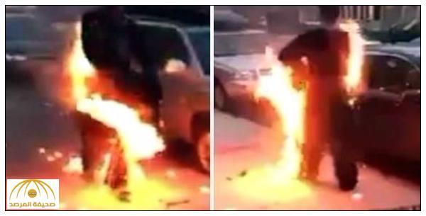 بالفيديو : مشهد غريب ..أمريكي يتجول في  أحد الشوارع و النيران تلتهم جسده!