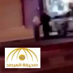 مواطن يوثق مقطع فيديو لرجل أمن نال اهتمام المغردين.. شاهد ماذا فعل الأخير مع مسن حاول بلوغ الطريق بحائل!