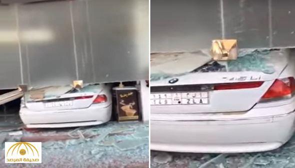 """تسببت في تلفيات مادية لمحتوياته.. سيارة """"BMW"""" تقتحم محلًا تجاريًا شهيرًا بالرياض -فيديو"""