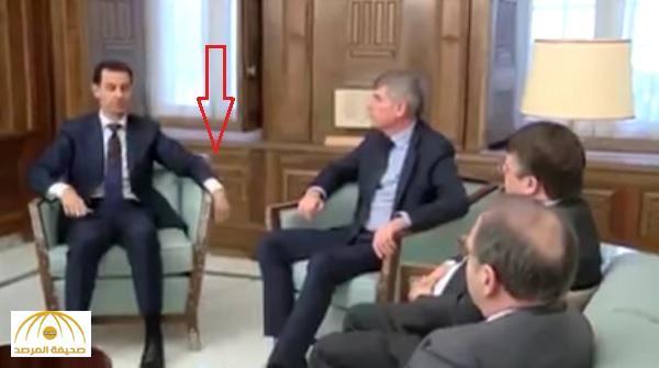 """شاهد .. هل أصاب الشلل يد """"الأسد"""" اليسرى ؟"""