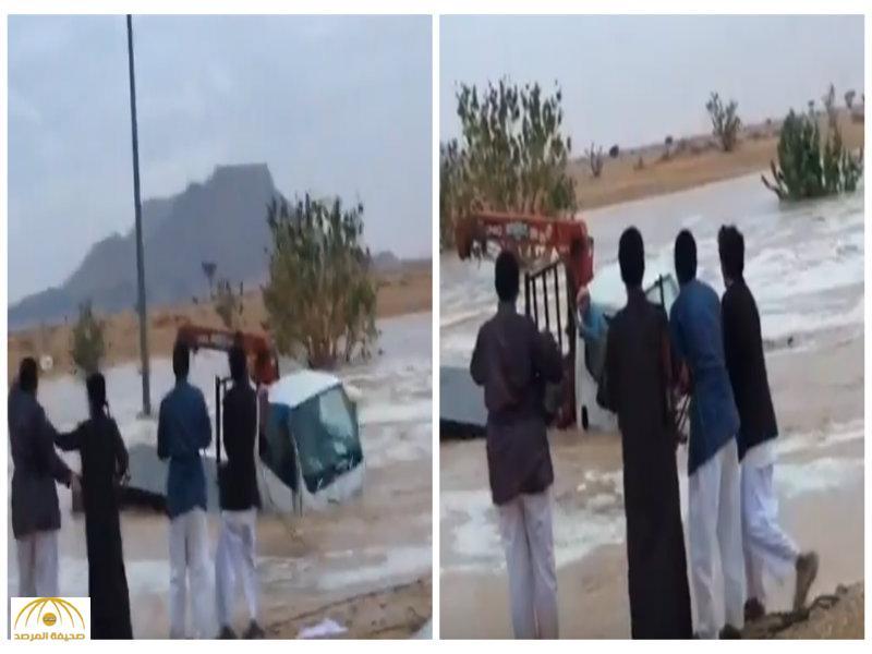بالفيديو:شباب ينقذون مقيم مصري من الغرق…وأحدهم يطلق النار من سلاح رشاش في الهواء!