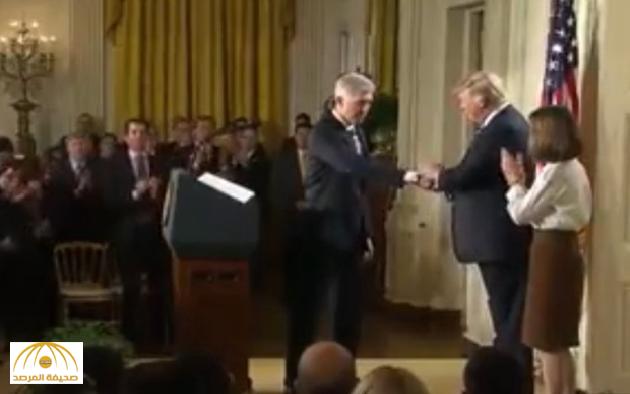 """بالفيديو: مصافحة عنيفة لـ""""ترامب"""" مع قاض أمريكي تثير السخرية !"""