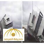 لقطات مرعبة..شاهد:شاحنة تسحق سيارة شرطة بأمريكا