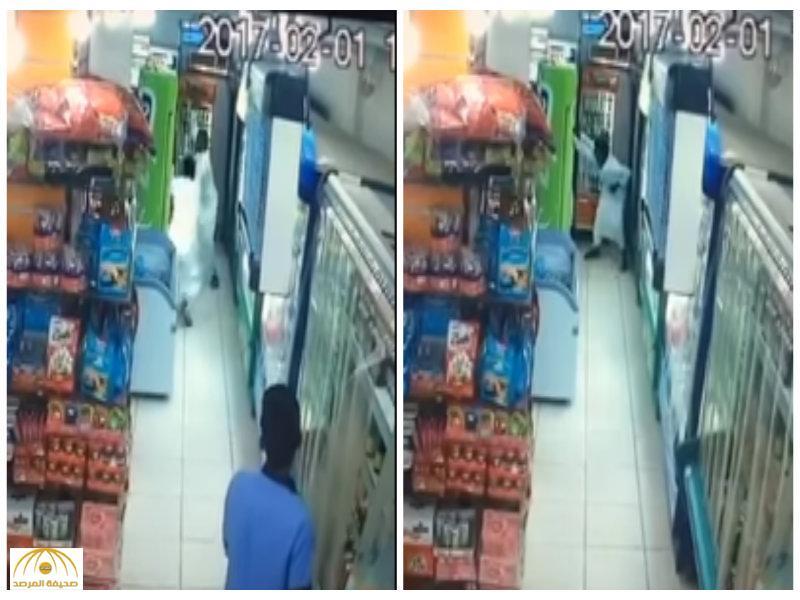 شرطة مكة تلقي القبض على شاب طعن آخر داخل  محل تموينات بمكة-فيديو