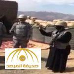 ترتدي الزي العسكري .. بالفيديو : إعلامية تحمل السلاح برفقة الجنود في الحد الجنوبي