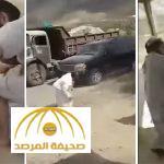 بالفيديو : خلاف على أرض  يتحول إلى مضاربة بأسلحة حادة بين مواطنين بمحافظة العرضيات