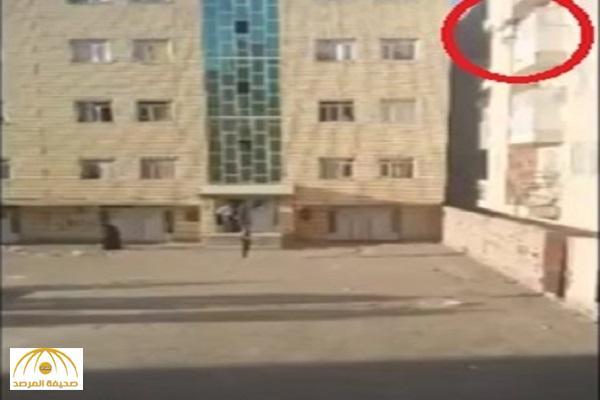بالفيديو: إيراني يقتل زوجته بإلقائها من الطابق الخامس على الأرض
