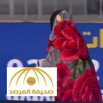 في يده مشروباً ساخناً .. بالفيديو : لاعب القادسية يسير بالبطانية في مباراتهم مع الهلال