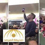 بالفيديو: موقف طريف للجالية المصرية المتظاهرة في أحد المطارات الأمريكية ضد قرار ترامب
