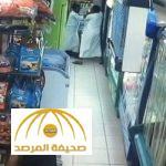بالفيديو : شخص يهاجم متسوق ويسدد له عدة طعنات داخل تموينات بمكة