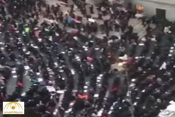 شاهد .. آلاف المسلمون يؤدون صلاة الجمعة في أحد ميادين نيويورك