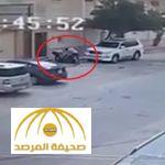 بالفيديو: عصابة تترصد لمواطن وتعتدي عليه بالضرب في وضح النهار وأمام المارة