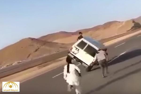 """بالفيديو : مغامرون سعوديون يجازفون بأرواحهم بسيارة """"جيب"""" على طريق سريع"""