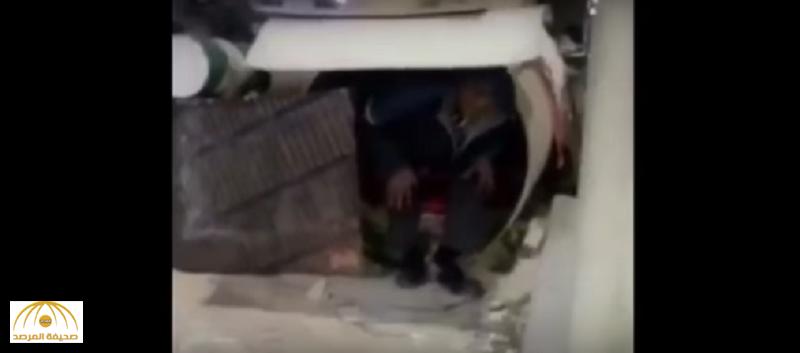 """رغم البرد القارس..بالفيديو: عامل يسكن داخل ماسورة منذ 6 أشهر بـ """"الخبر""""ويكشف السبب!"""