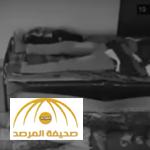 بالفيديو: شاهد شبح يفتح  باب الغرفة و يسحب شاب من ساقيه أثناء نومه