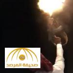 بالفيديو: شاب يستعرض بسلاح كلاشنكوف في إحدى المناسبات.. فكاد أن يقضي على الحاضرين