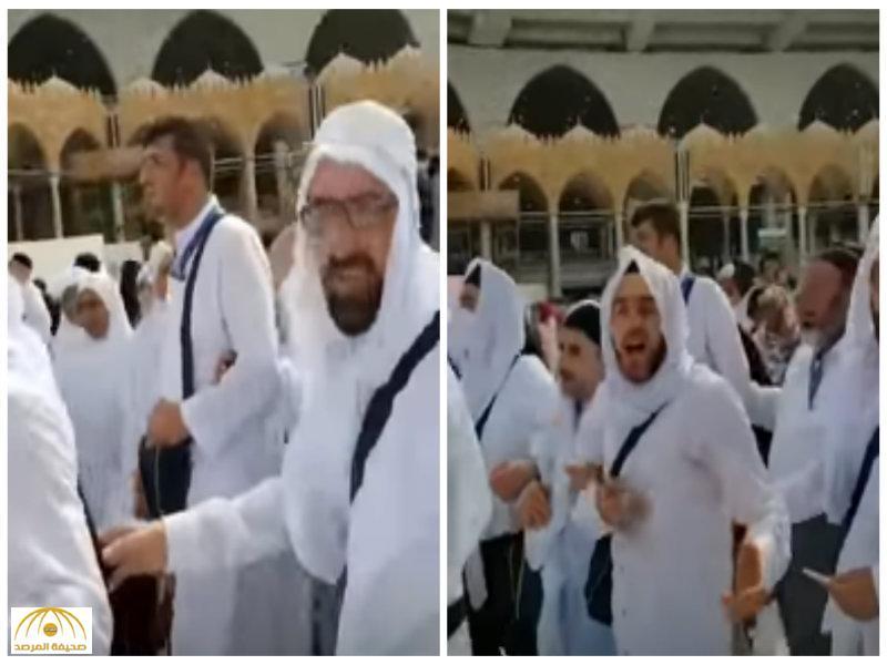 بالفيديو: تصرف غريب لمجموعة من الزوار وهم يطوفون بالكعبة المشرفة