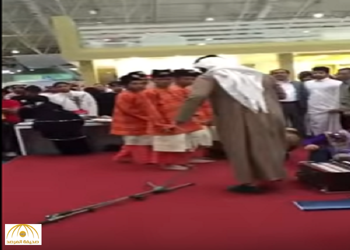 """""""كاتبة سعودية"""" عن اعتداء المحتسب على الفرقة الماليزية بمعرض الكتاب: لا تلوموه ولوموا أنفسكم!"""