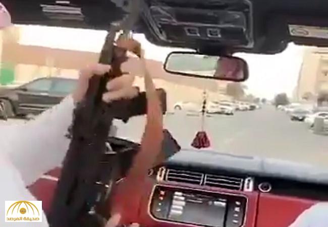بالفيديو:أخرج سلاحه الكلاشنكوف و أطلق النار من داخل السيارة .. شاهد ماذا حدث؟