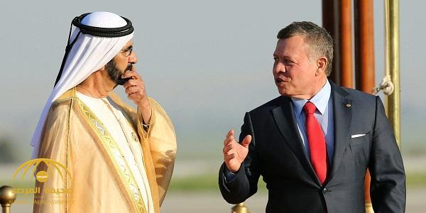 بالفيديو : لحظة تعثُّر حاكم دبي أثناء نزوله من الطائرة بمطار عمان